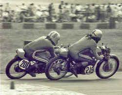 http://www.classic-motorrad.de/db/Gerstenmaier/Wulf-im-Duell-mit-Heinz-Pas.jpg (26468 Byte)
