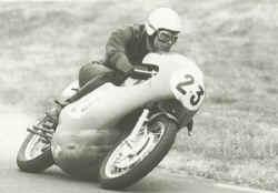 http://www.classic-motorrad.de/db/Hiller-Ernst/ernst-hiller-kawa.jpg (21733 Byte)
