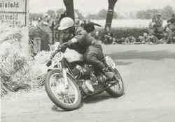 http://www.classic-motorrad.de/db/Hiller-Ernst/ernst-hiller-nsu-52.jpg (29095 Byte)