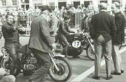 http://www.classic-motorrad.de/db/Hiller-R/R-Hiller-Kawa-H1R-72-Ring-w.jpg (37944 Byte)