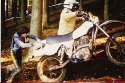 05.Helmut schiebt Wilhelm Diehl.1977jpg.jpg (88855 Byte)