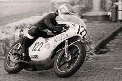 http://www.classic-motorrad.de/db/Scheibe/1975 4.Platz.jpg (59754 Byte)