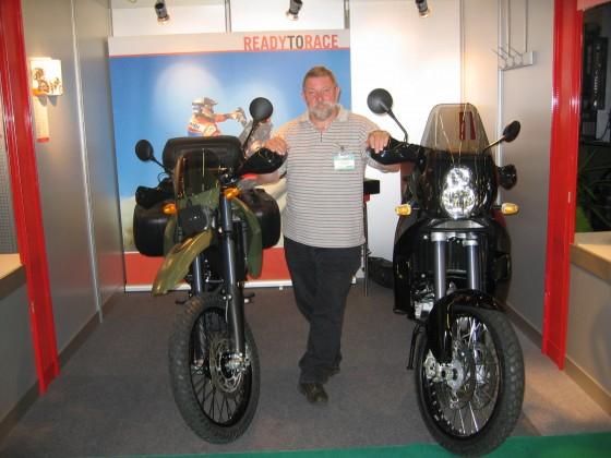 """Meine """"Babys"""" links im Bild die KTM Military 400 LS/E auf der Militärmesse in Paris"""