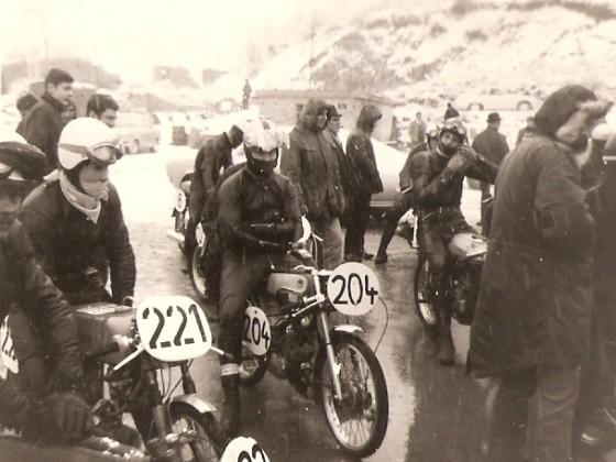 Zotzenbach 1969..Winterbergrennen mit StNr 204..50ccm. Derbi ......im Hintergrund rechts Jürgen Wolz mit seiner 125 Maico.