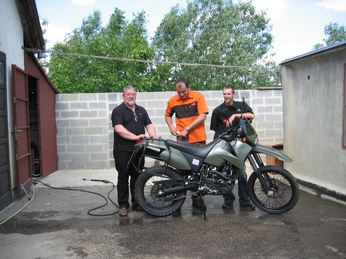 Präsentation der KTM LS/E-Military in Ungarn....die Reinigung nach strapaziösem Test.