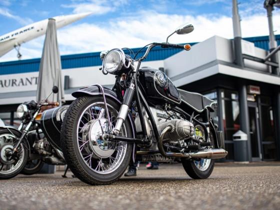 Historische Motorräder vor spektakulärer Kulisse