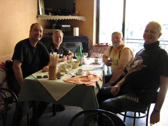 Die Sardinien Crew 2009 bei einer Mittagspause in Seui.....