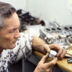Nobby Clark in der Werkstatt von Rob Iannucci - Kolben einer Honda RC 165