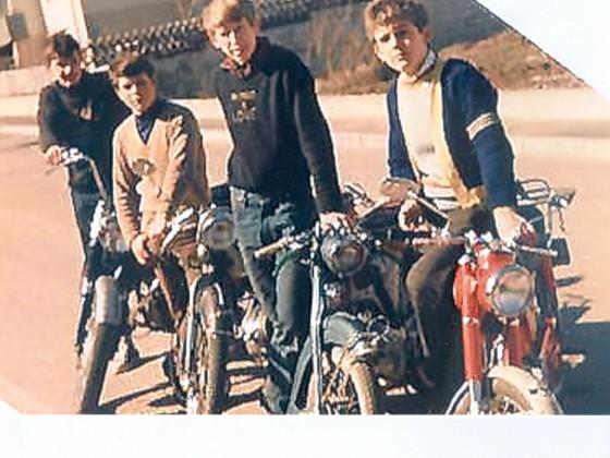 1968 Motorrad- und Moped-Clique Winni mit Freunden